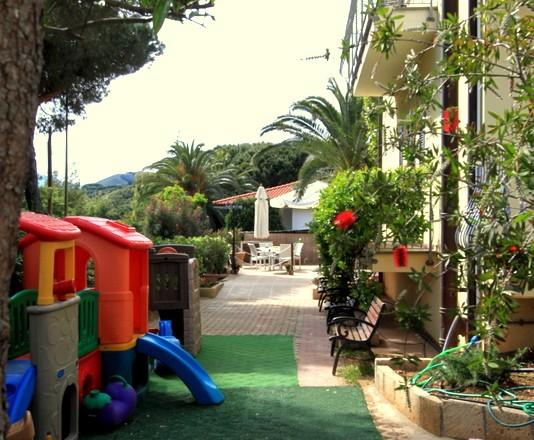 Zona giochi Entrata Hotel Villla Wanda Porto Azzurro Isola d'Elba Hotel con giardino